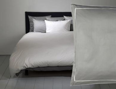 Fischbacher Premium Satin Bettwäsche dunkel Grau mit silbernem Rahmen